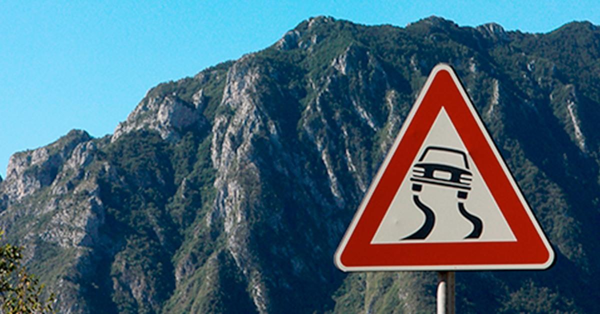Visió i conducció. Carretera amb senyal de perill de lliscar