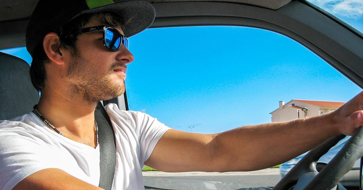 visió i conducció. al volant, amb ulleres de sol homologades que protegeixin els teus ulls dels rajos ultraviolats