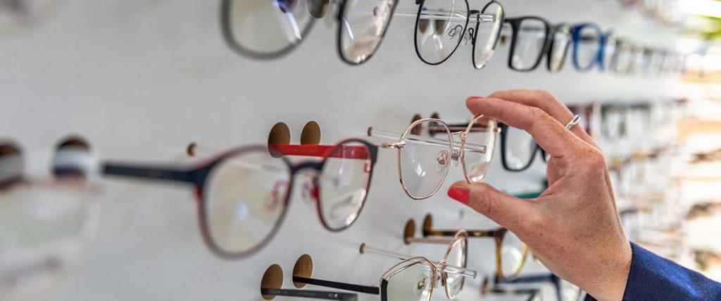 Persona triant ulleres per graduar